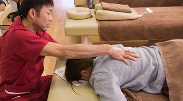 ぎっくり腰の施術は、腰だけでなく背中や股関節も合わせて治療するため腰痛は早く回復 羽島