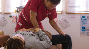 腰だけでなく腰を支える股関節背中も同時にほぐします。